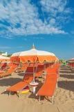 Зонтики и салоны фаэтона на пляже Римини в Италии стоковые изображения rf