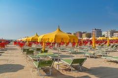 Зонтики и салоны фаэтона на пляже Римини в Италии стоковые фотографии rf