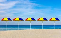 Зонтики и тюфяки на пляже в Пхукете, Стоковые Фотографии RF