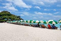 Зонтики и шезлонги на белом пляже острова юаней Nang стоковые фотографии rf