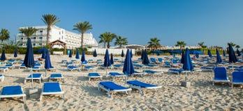 Зонтики и deckchairs навеса на красивом пляже Стоковые Изображения RF
