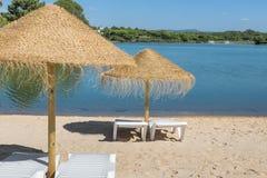 Зонтики и loungers солнца на пляже около озера каникула территории лета katya krasnodar Стоковое фото RF