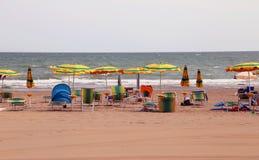 зонтики и sunbeds на песчаном пляже роскошного курорта дальше Стоковое Изображение