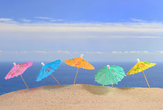Зонтики коктеиля на песке пляжа Стоковое фото RF