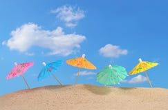Зонтики коктеиля на песке пляжа Стоковое Изображение RF