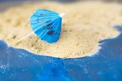 Зонтики коктеиля на песке солнечного пляжа Стоковая Фотография RF