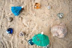 Зонтики коктеиля на песке солнечного пляжа Стоковые Фотографии RF