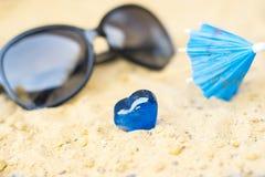 Зонтики коктеиля на песке солнечного пляжа Стоковые Фото