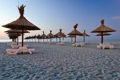 Зонтики на песчаном пляже стоковая фотография