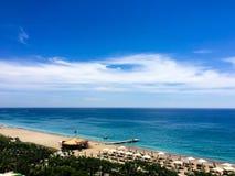 Зонтики на пляже стоковая фотография