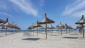 Зонтики на пустом пляже Стоковое Фото