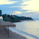 Зонтики на пляже на заходе солнца стоковая фотография