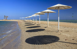 Зонтики на пляже против голубого неба Стоковые Изображения RF