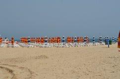 Зонтики на пляжном комплексе Стоковая Фотография
