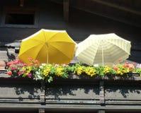 Зонтики на солнечном балконе Стоковое Изображение