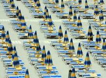 Зонтики пляжа и sunbeds Стоковое Фото