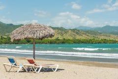 Зонтики пляжа на карибском море стоковые фото