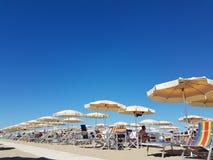 Зонтики пляжа на пляже Стоковая Фотография