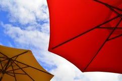 зонтики пляжа цветастые стоковые изображения rf