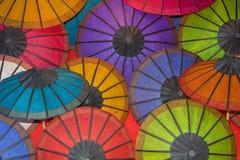 Зонтики покрашенной бумаги традиционные на счетчике магазина Стоковое Изображение RF