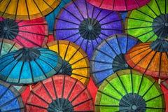 Зонтики покрашенной бумаги традиционные на счетчике магазина Стоковая Фотография