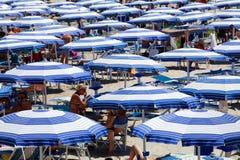 Зонтики пляжа лета смещение удя среднеземноморскую сетчатую туну моря стоковое фото rf