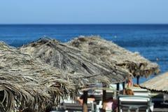 Зонтики пляжа и sunbeds на конце-вверх моря Стоковые Фото