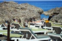 Зонтики пляжа и sunbeds на конце-вверх моря Стоковая Фотография RF