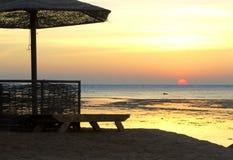 Зонтики пляжа и sunbeds на пляже стоковое изображение rf