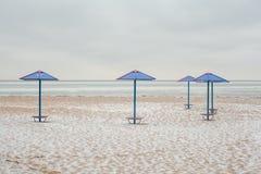 Зонтики пляжа на зиме Стоковая Фотография