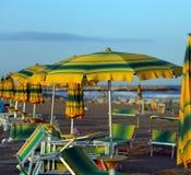 Зонтики пляжа на пляже Стоковые Фото