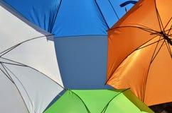 Зонтики других цветов и небо в середине Стоковое фото RF