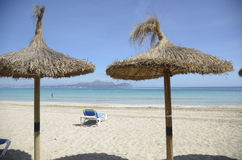 Зонтики соломы на песчаном пляже Стоковое фото RF