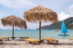 Зонтики соломы на пляже в Греции Стоковые Изображения