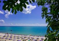зонтики стулов пляжа Стоковая Фотография RF