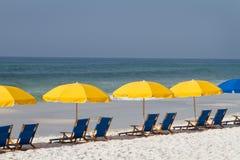 зонтики стулов пляжа Стоковые Фотографии RF