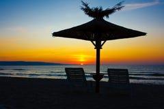 зонтики стулов пляжа Стоковое Изображение