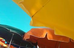 Зонтики с предпосылкой голубого неба Стоковое фото RF