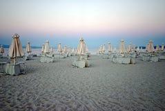 Зонтики с loungers солнца на пляже Стоковое Изображение RF