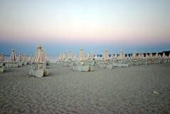 Зонтики с loungers солнца на пляже Стоковые Фото