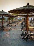 зонтики deckchairs пляжа хорватские Стоковое Изображение