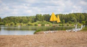 Зонтики loungers Солнця на побережье Стоковая Фотография RF