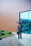зонтик бизнесмена вниз Стоковая Фотография