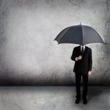 зонтик бизнесмена стоковые изображения rf