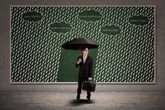 Зонтик владением страхования агента для того чтобы защитить потерю дела Стоковые Фотографии RF