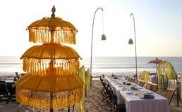 Зонтик в ресторане oceanfront на заходе солнца Стоковые Изображения RF