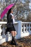 зонтик девушки розовый вниз Стоковое Изображение