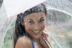 зонтик дождя используя детенышей женщины Стоковая Фотография RF
