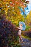 Зонтик деревьев парка падения девушки Стоковое Фото