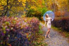 Зонтик деревьев парка падения девушки Стоковые Фотографии RF